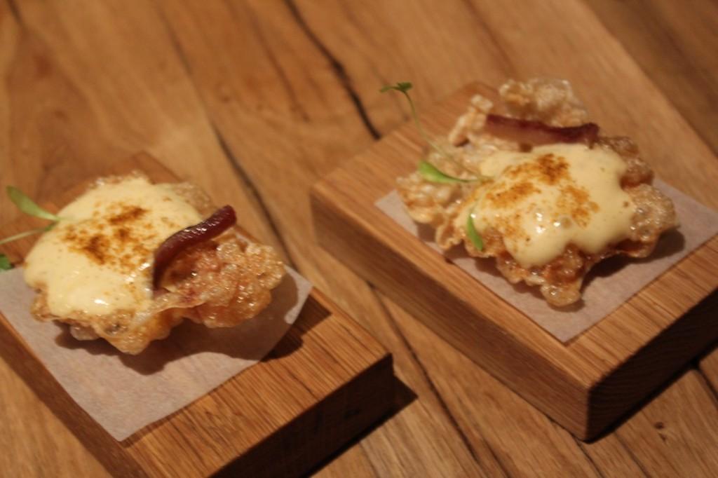 El primer aperitivo de DESTAgE es un bocabits de ternera con mayonesa cajún y anchoa