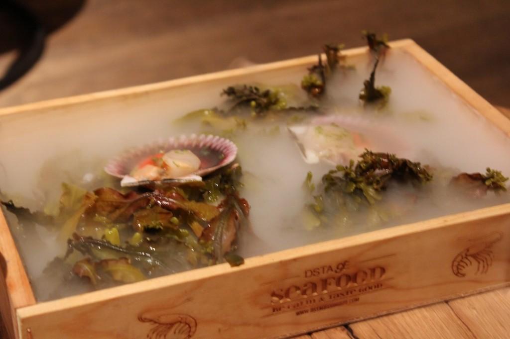 Las zamburiñas en DESTAgE están marinadas con Blody Mery y zumo de lima. Es el segundo entrante que se toma en la barra