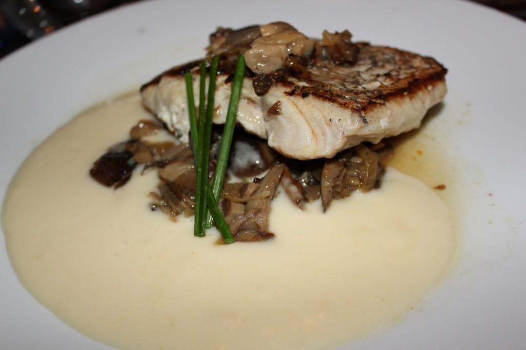 Merluza en caldo corto de setas, crudité de verduras y tapioca. restaurante FOX
