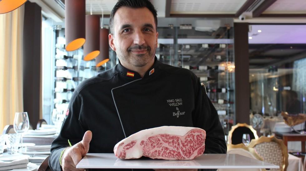 Ximo Sáez, chef ejecutivo de Welow & Befour Club sostiene una pieza de carne wagyu de 4 kilos