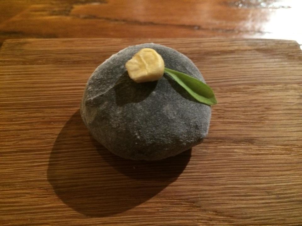 El mochi de huitlacoche, no es un postre japonés en DESTAgE. En su interior, contiene hongo del maíz recubierto con esta pasta de arroz usada por los japoneses para los postres y se rellena con té verde o mousse