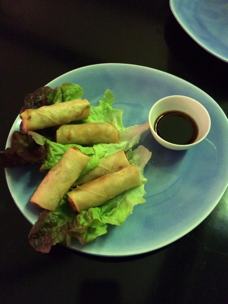 Rollitos de verduras y langostinos con salsa de soja y vinagre de arroz. Restaurante Beker6
