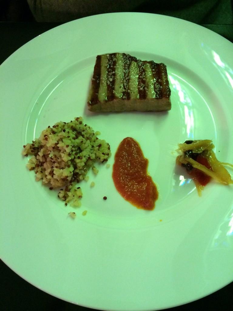Los platos también están disponibles en medias raciones, como este atún con chutney de jengibre y salsa de tomate picante