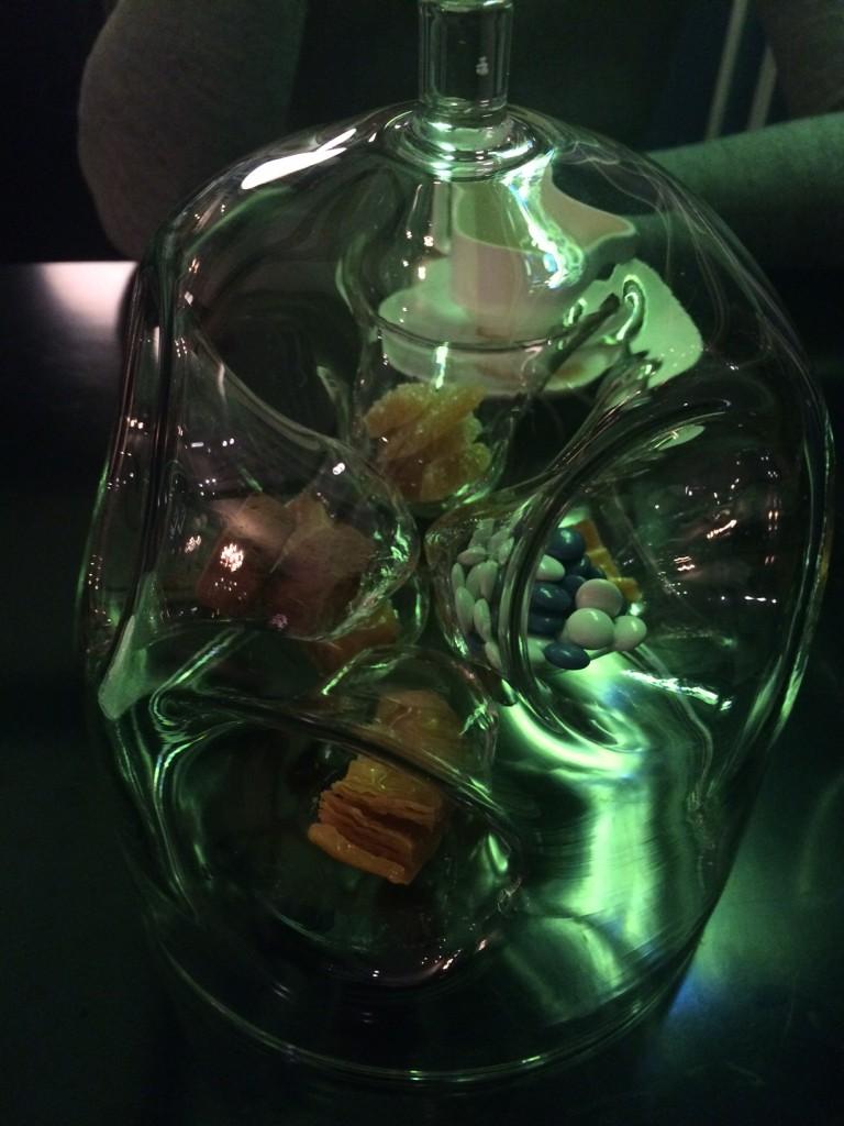 Con el café, se sirven pequeños mignardises presentados en esta original urna. Restaurante Beker6