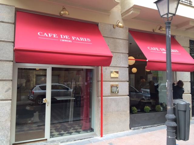 Los toldos burdeos de El Café de Paris, cerca de El Retiro, ya nos avanzan que su decoración es la de un clásico bistró parisino ©LAGASTRONOMA