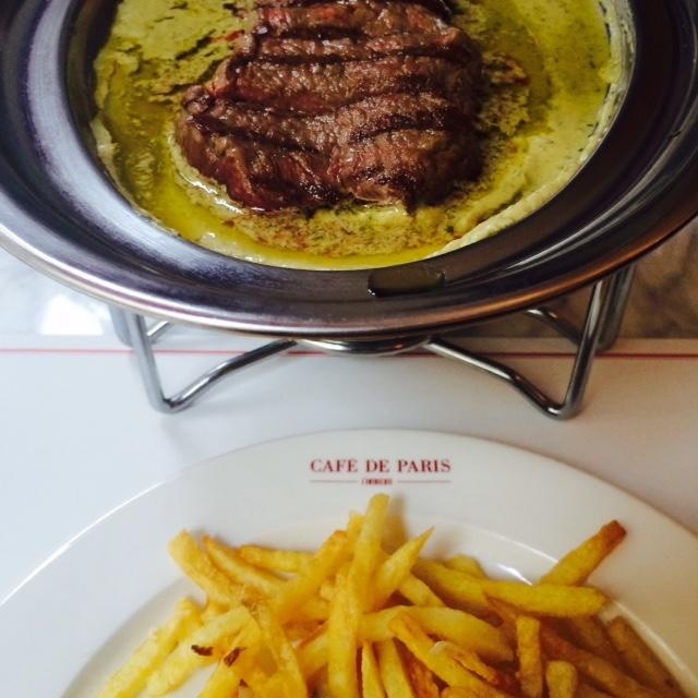 El entrecôte de Café de Paris, se sirve como en Suiza, en un infernillo que cambia delicadamente durante la comida el color de su salsa ©LAGASTRONOMA