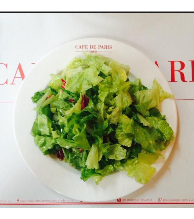 La lechuga llega cada día y es la antesala del entrecôte en Café de Paris ©LAGASTRONOMA