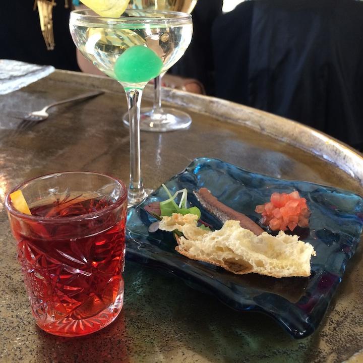 Un cóctel de bienvenida con un aperitivo es siempre cortesía en el Raw Bar. ©LAGASTRONOMA