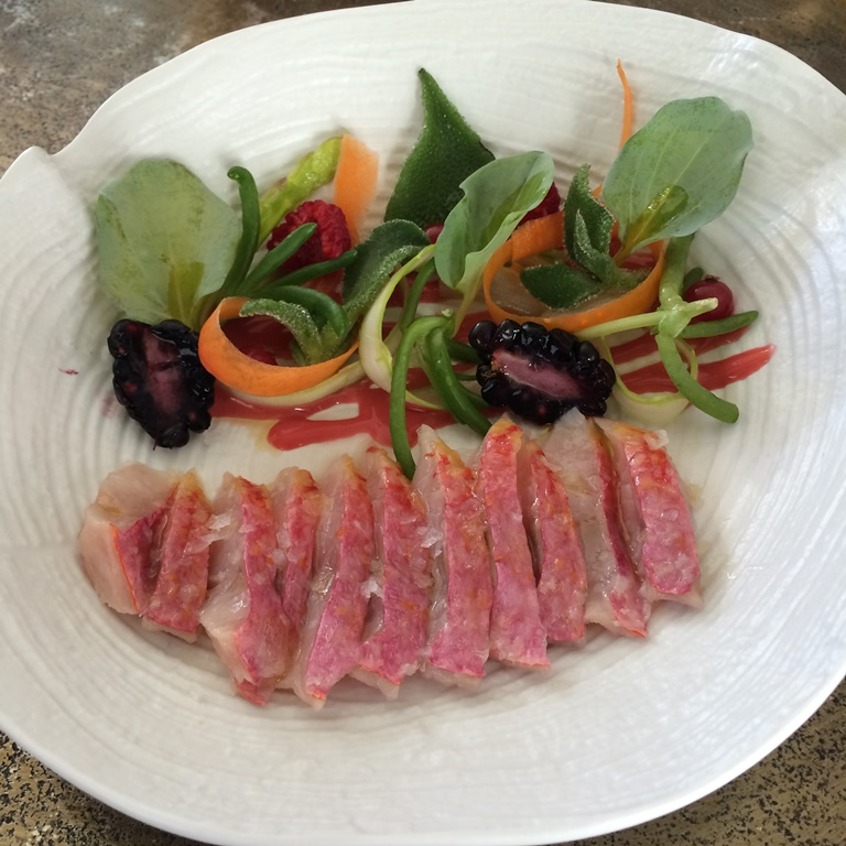 El tiradito de salmonete se acompaña de ensalada de frutos rojos. Raw Bar. ©LAGASTRONOMA