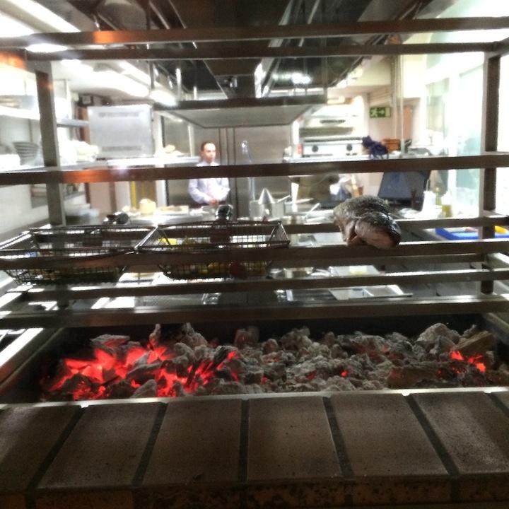 El horno de brasas de encina se puede ver en el pasillo que dirige al comedor. ©LAGASTRONOMA