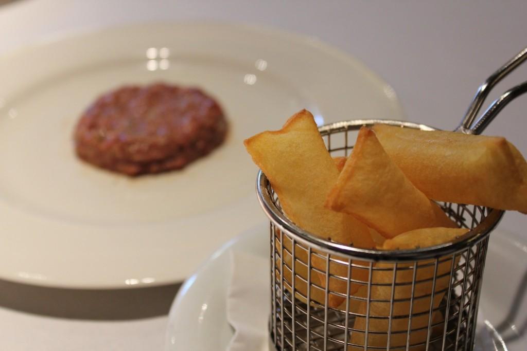 Uno no sabe por qué decantarse, si por la carne o por las crujientes patatas soufflé. Restaurante Piñera ©LAGASTRONOMA