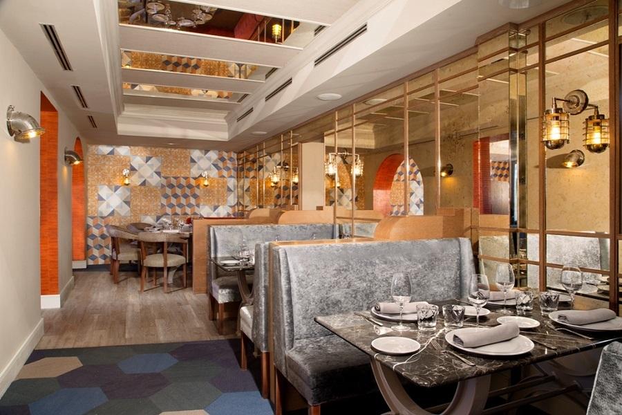 El salón principal de La Lonja nos recuerda que por unos minutos, comeremos al borde del mar.
