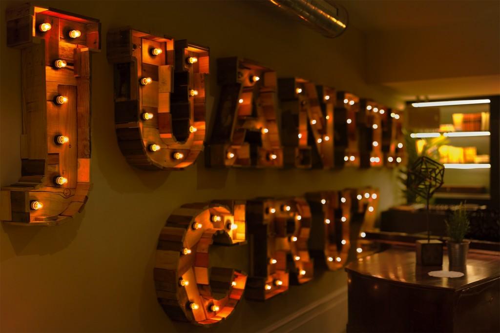 Cartel de luces del local clandestino Juanita Cruz