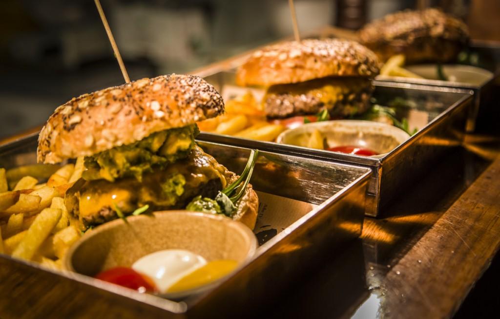 Las míticas hamburguesas de El Escondite se acompañan de pan brioche hecho en horno de leña