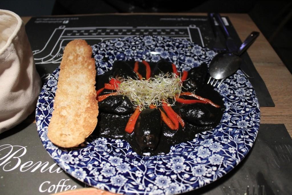 Ración de chipirones con tostas de ajo de Bendita Locura