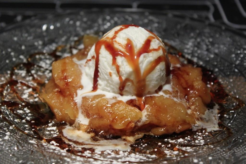 Un de los postres más ricos de Bendita Locura es su tartín de manzana con bola de nata