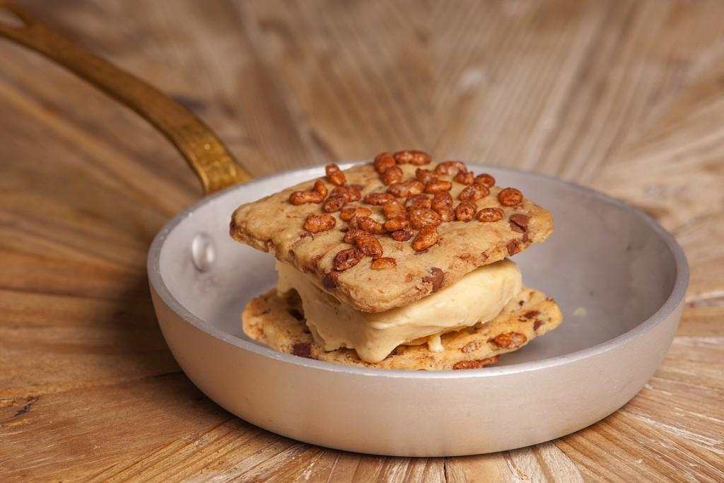 Emparedado de cookies con Choco Krispies y helado cremoso de vainilla