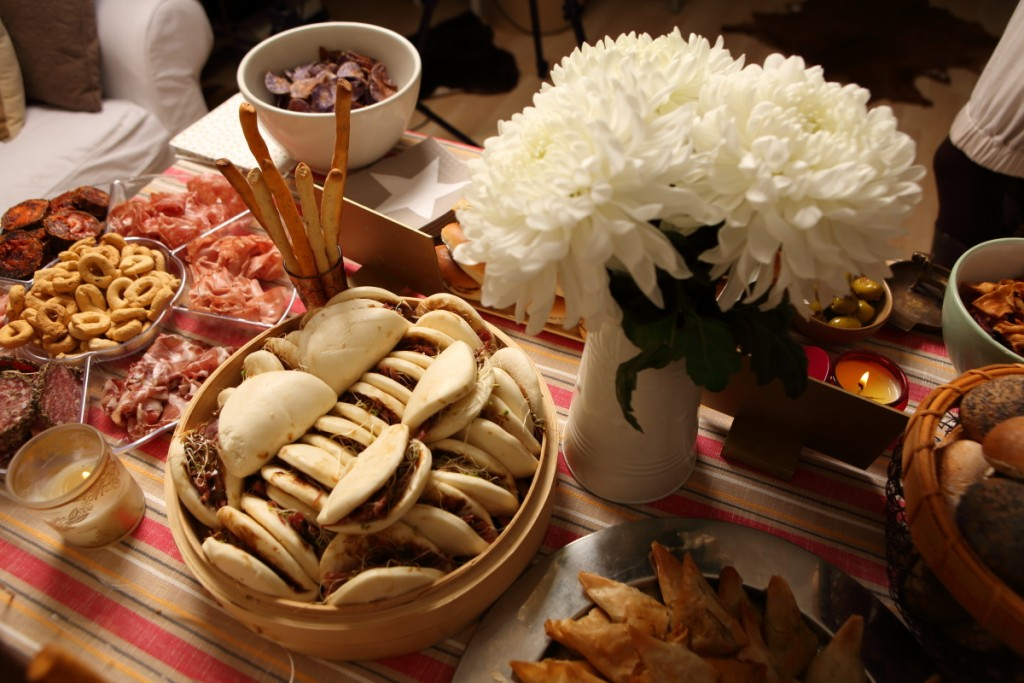 Pan bao relleno de pato con salsa Maille de Mostaza, miel y vinagre balsámico. Le añadí unos brotes de ajo y lo serví en una vaporerera de KLIMER.
