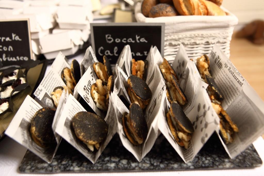 """En la escuela de cocina El Gusto es Nuestro se puede aprender a hacer un bocata de calamares """"invertido"""" como éste. Brunch Pop-Up.©LAGASTRÓNOMA"""