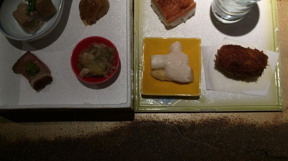 Amouse bouche del Restaurante Izariya, servidos en una caja de dos plantas. ©LAGASTRÓNOMA