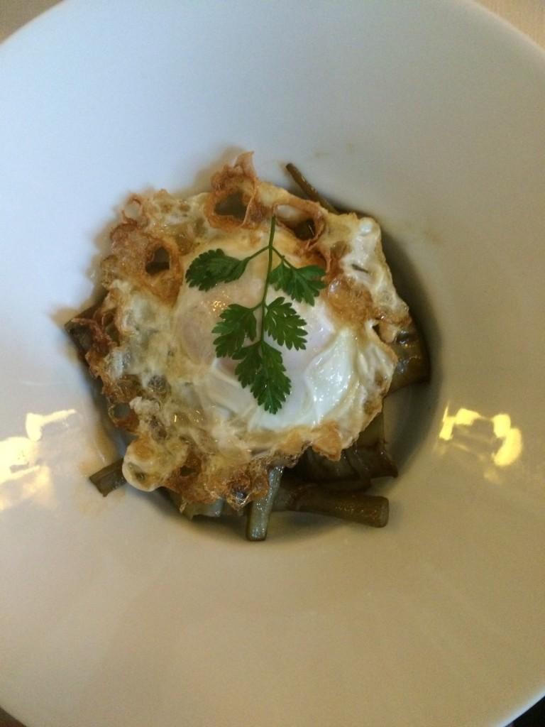Alcachofas con huevo frito y lascas de parmesano. Otro must de la carta de picoteo del Santo Mauro