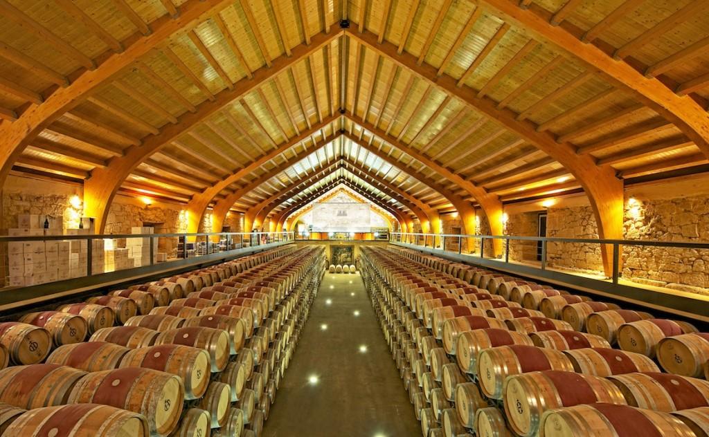 Interior de la bodega de Hacienda Zorita, cuyo techo recrea una carabela invertida