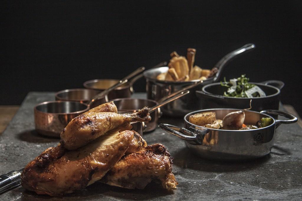 Coquelet acompañado de su guarnición y salsa. Gran variedad para elegir en Aire Restaurante