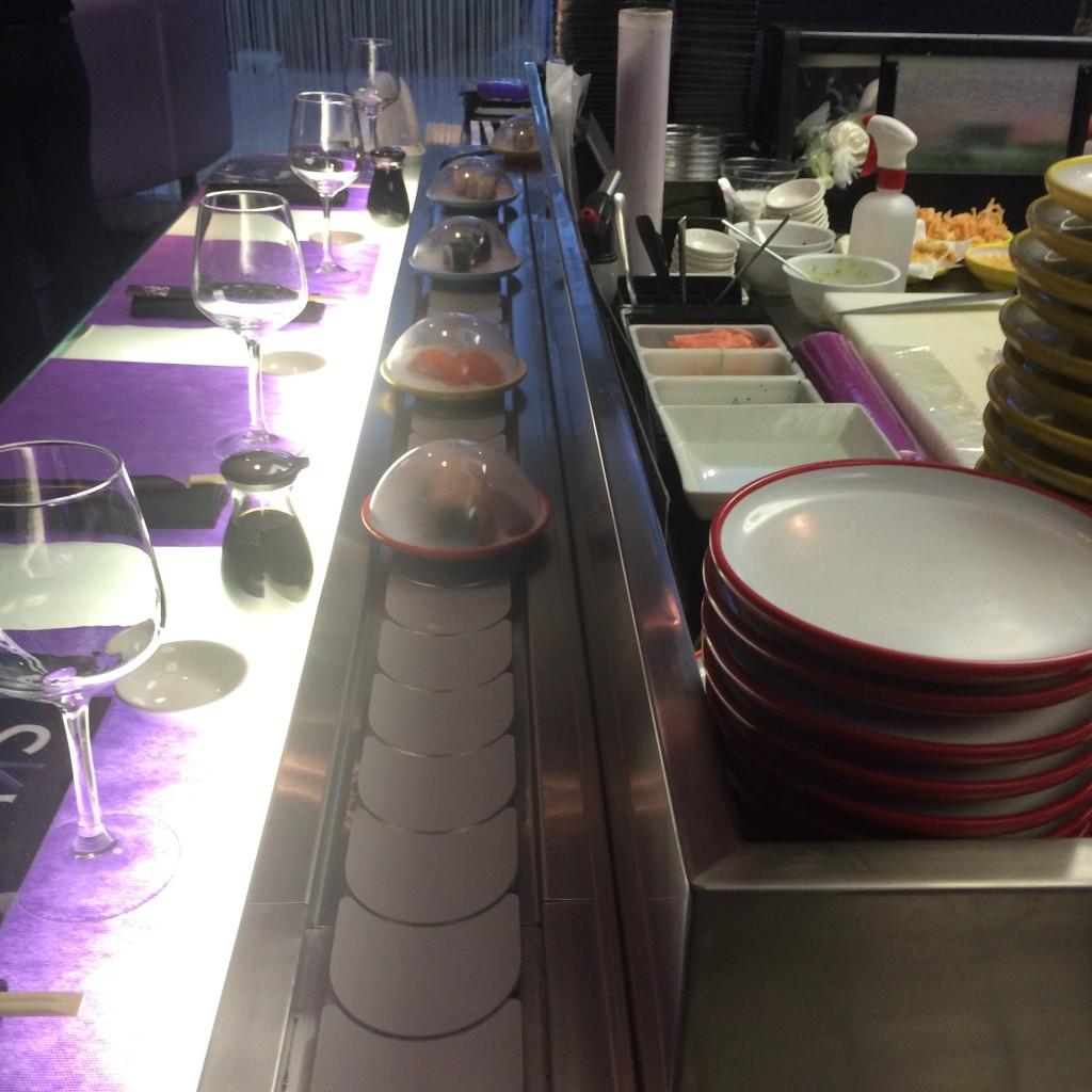 Los platos desfilan por la barra de Sky Sushi Pozuelo