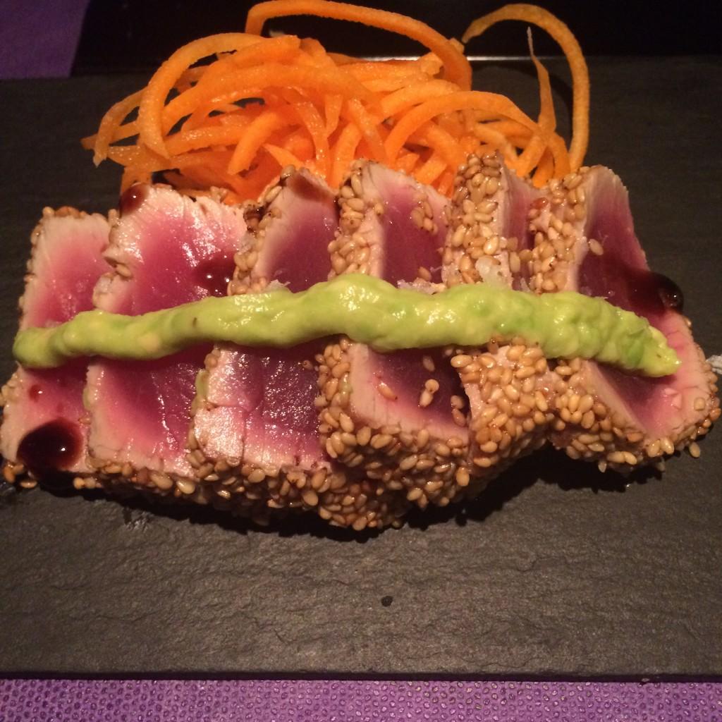 Tataki de atún con aguacate y reducción de vinagre. SKYSUSHI