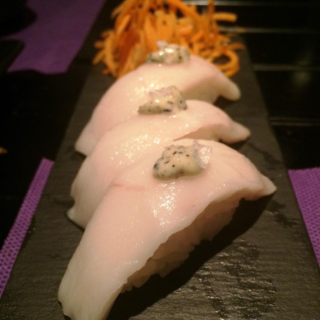 Nigiri de pez mantequilla con mayonesa de trufa. SKYSUSHI