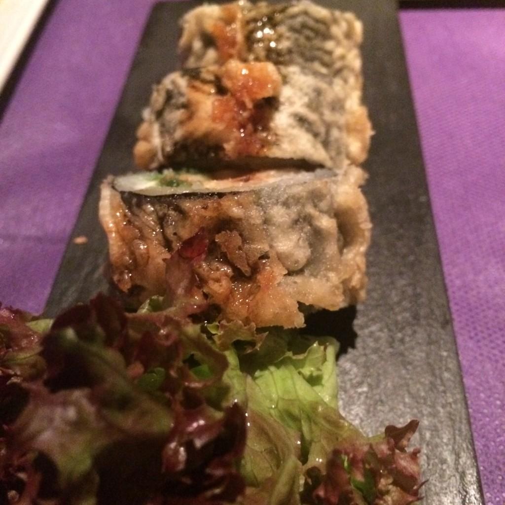 Los makis también se proponen tempurizados, como el Osaka, con langostino, anguila, wakame, philadelphia y cebollino con salsa unagui