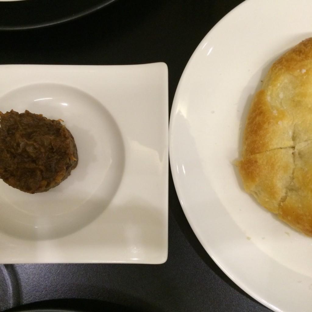 Aperitivo de morcilla con pan de aceite de La Tasquita de Enfrente ©LAGASTRÓNOMA