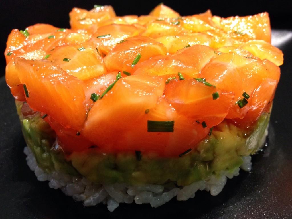 Tartar Salmón, sobre capa de arroz y aguacate. SKYSUSHI