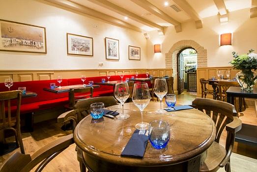 El interior del Café Óliver recuerda a un auténtico bistró parisino, como su antecesor local
