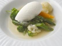 La crema helada de los espárragos acompaña una Selección de verduras salteadas con ibéricos, una de las creaciones del menú de Fernando Sáenz