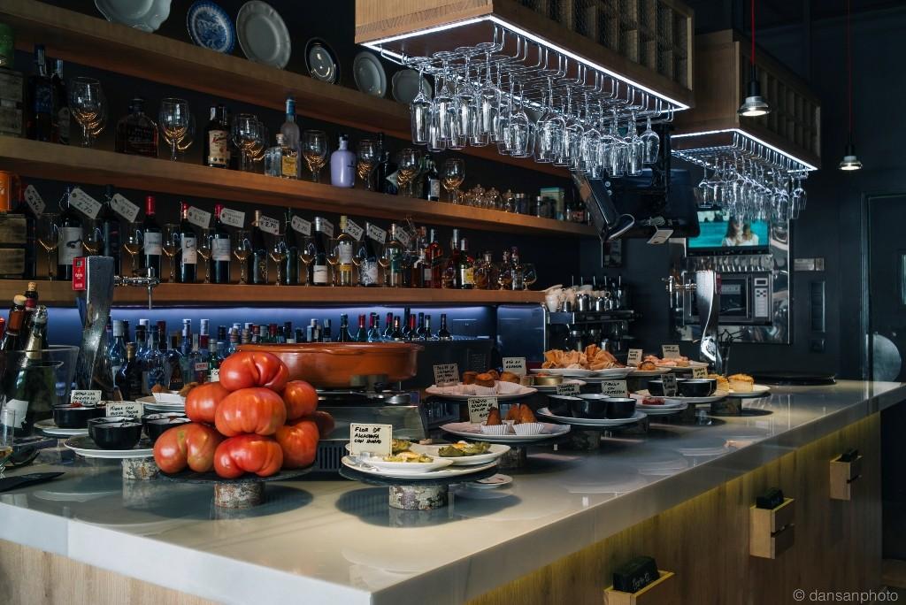 El local de Floren dispone de una barra donde degustar ricos pinchos de corte navarro.