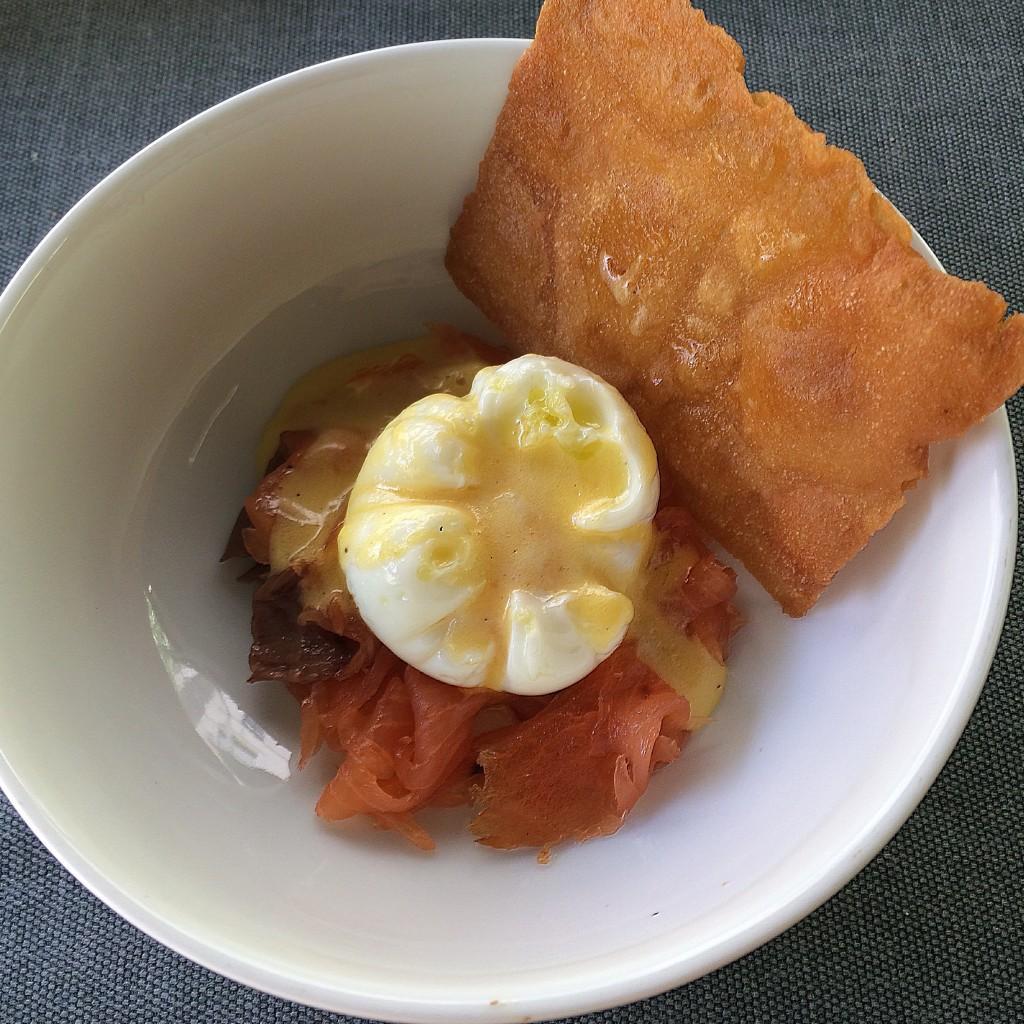 El huevo benedictine se acompaña de una oblea de pan, que aligera el plato. The Perfect Brunch by Ramón Freixa. Hotel Único Madrid  ©LAGASTRÓNOMA