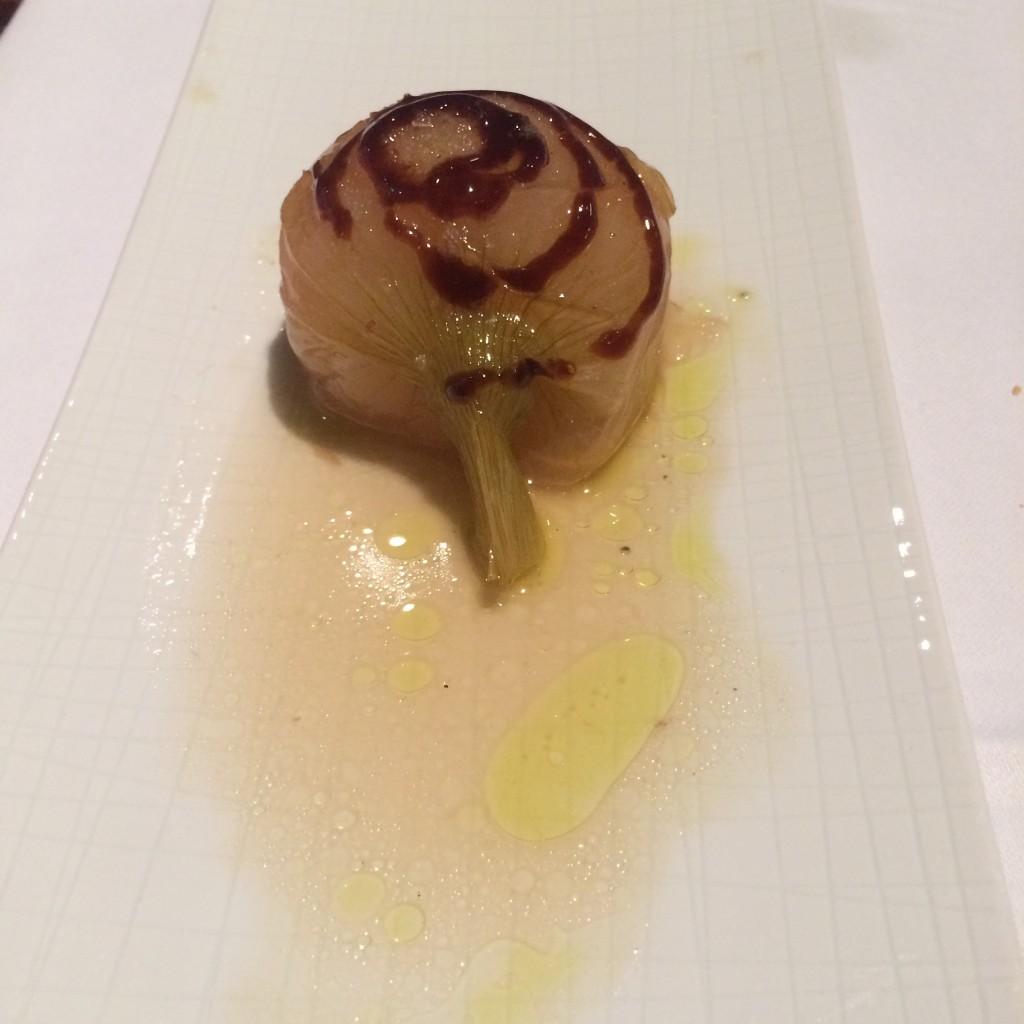 La cebolleta en Floren Domezain se hace estofada con reducción de
