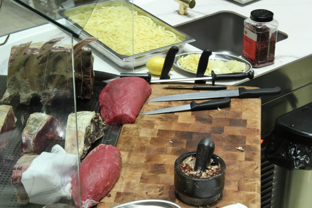 La carne del maestro carnicero Yves Marie Le Bourdonnec está expuesta en todo momento al comensal. Restaurante SDQ MEAT POINT ©LAGASTRONOMA
