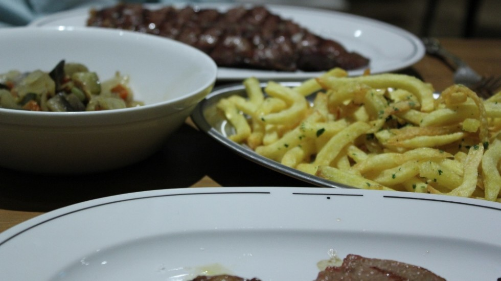 Como acompañantes, patatas fritas y ratatuille. Restaurante SQD MEAT POINT ©LAGASTRONOMA