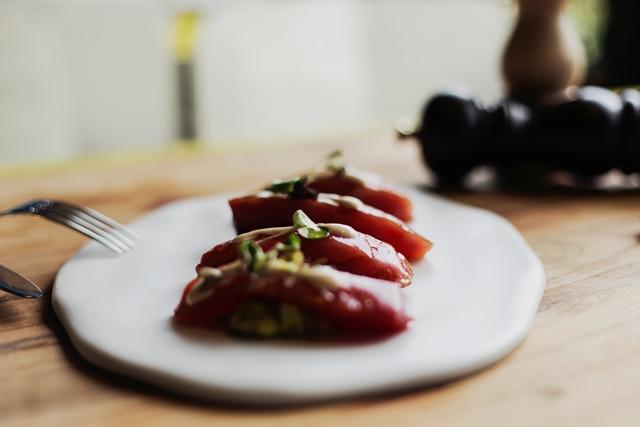 El lomo de atún de Teckel se sirve con guacamole