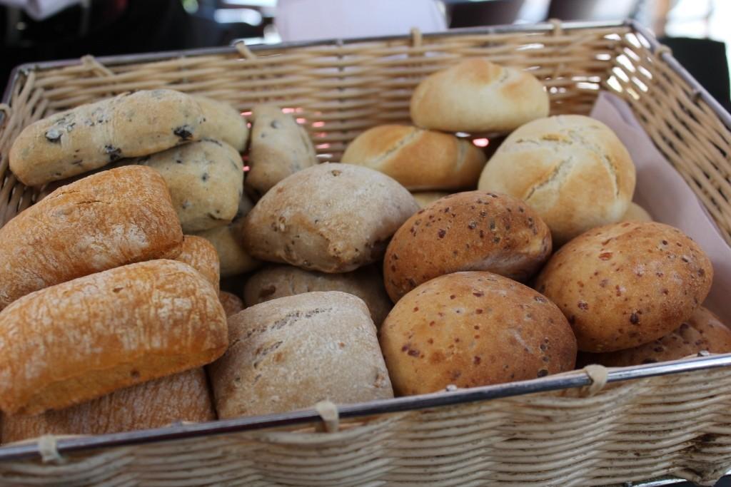Variedad de panes del restaurante Seven & Six