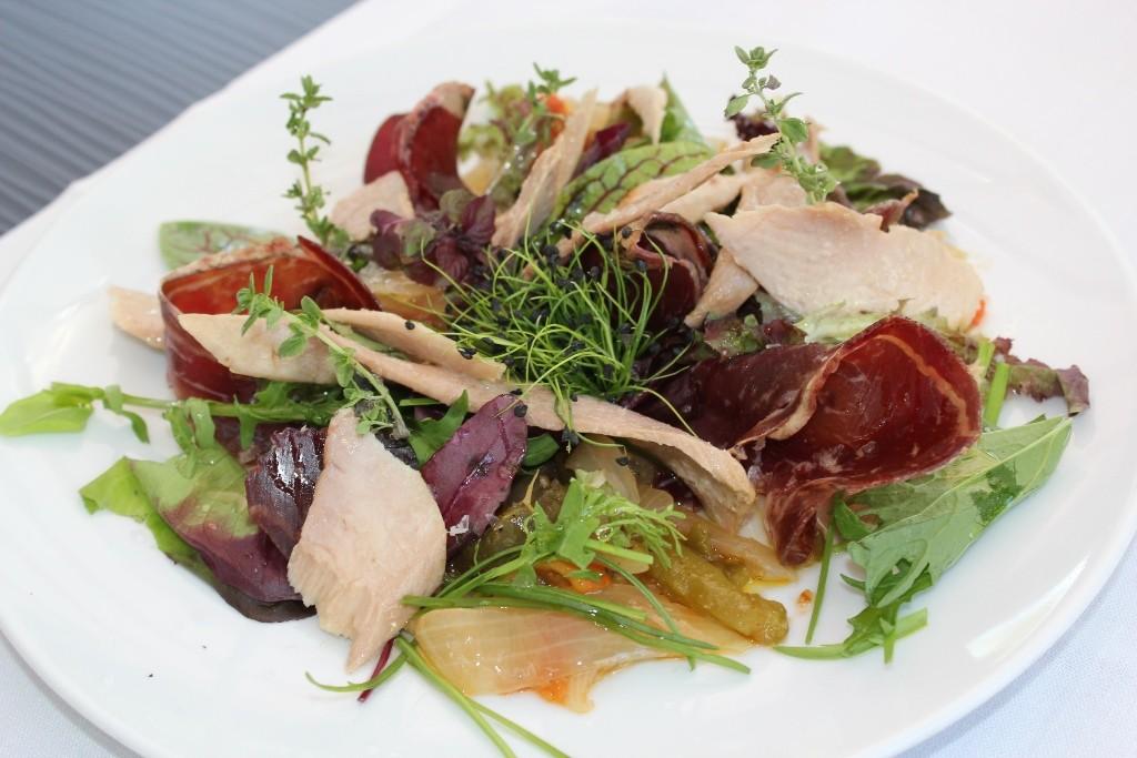 La carta de Seven & Six propone platos saludables como esta ensalada de cecina. ©LAGASTRONOMA