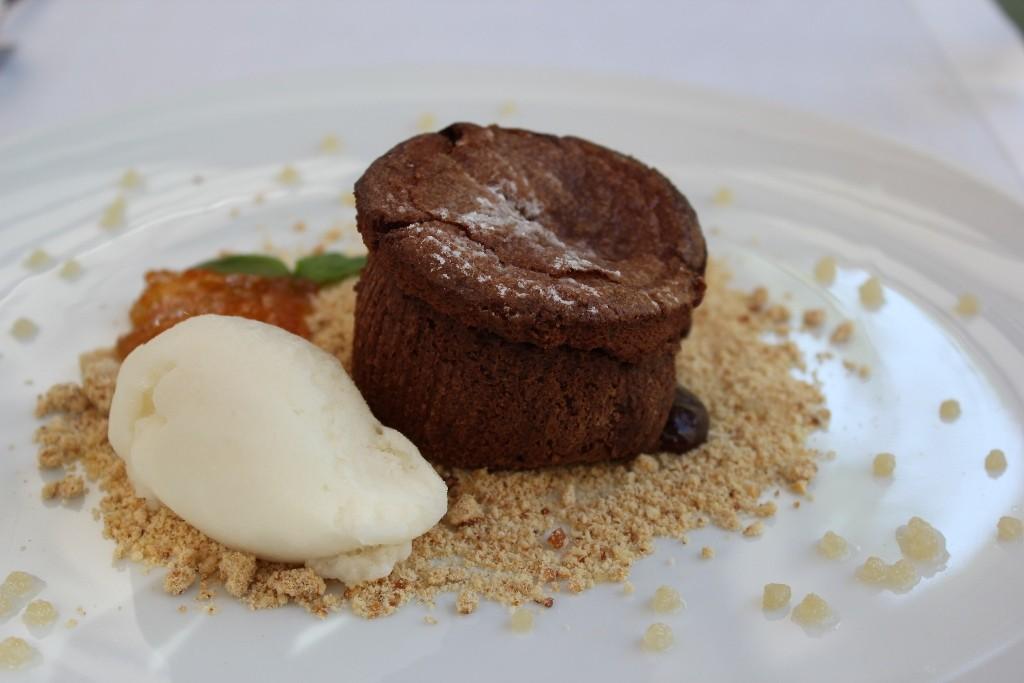 El pasado de pastelero del chef hace honor a los postres. Soufflé de chocolate y maracuyá. ©LAGASTRONOMA