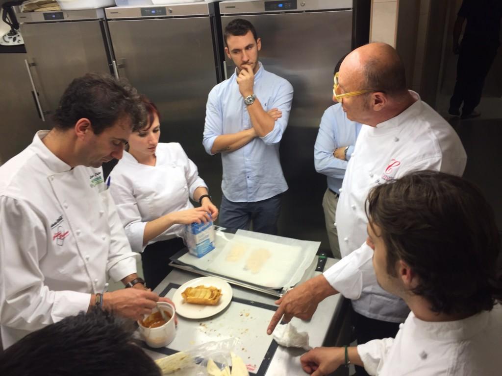 El chef José Luis Esteban (izq.) en la cocina junto a Paco Quirós (dcha.) en la cocina de La Bien Aparecida