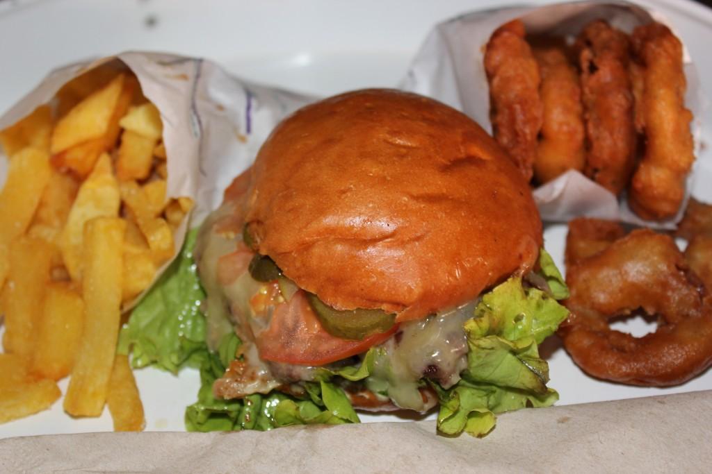 La hamburguesa de MEAT Madrid ocupa el pódium de las mejores hamburguesas gourmet de Madrid ©LAGASTRÓNOMA