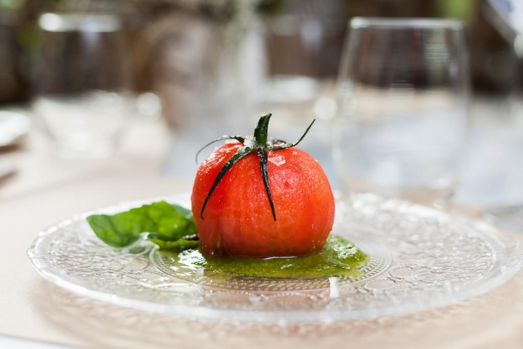 El tomate del restaurante Perrachica está relleno de burratina y pesto