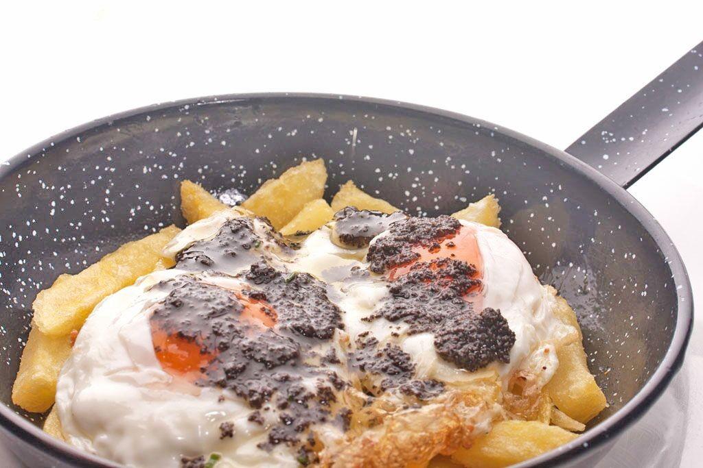 La sartén de huevos con trufa es otro de los clásicos de los chicos de Arzábal
