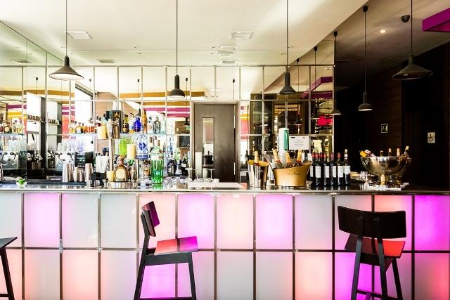 En la barra de Seven & Six se puede disfrutar de un aperitivo o cóctel a cualquier hora del día
