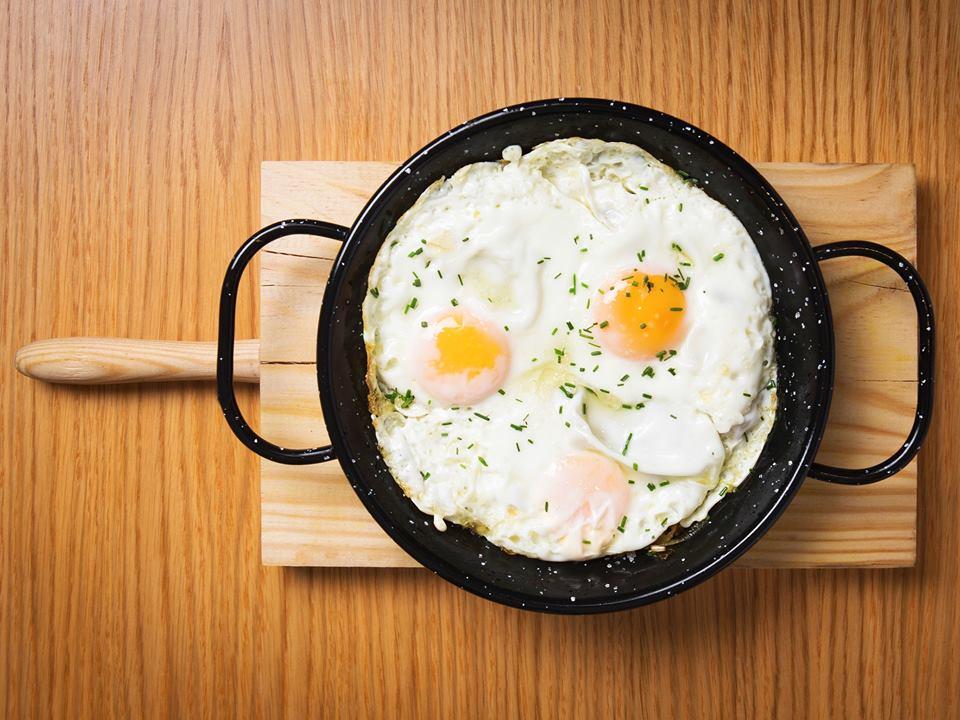 Los huevos rotos de El Velázquez 17 se sirven en 3 versiones: Ibérico, trufados y veggie